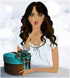 Een mooi meisje met een gift in een doos, blauwe achtergrond Royalty-vrije Stock Afbeelding