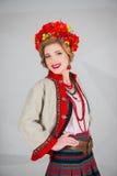 Een mooi meisje in Nationaal Oekraïens Kostuum Gevangen in Studio Borduurwerk en jasje Kroon Circlet van bloemen Rode Lippen Royalty-vrije Stock Afbeelding