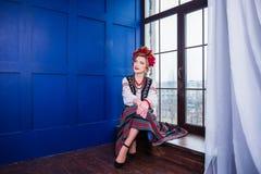 Een mooi meisje in Nationaal Oekraïens Kostuum Gevangen in Studio Borduurwerk en jasje Kroon Circlet van bloemen Rode Lippen Royalty-vrije Stock Foto's