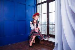 Een mooi meisje in Nationaal Oekraïens Kostuum Gevangen in Studio Borduurwerk en jasje Kroon Circlet van bloemen Rode Lippen Royalty-vrije Stock Foto