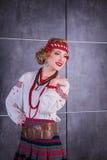 Een mooi meisje in Nationaal Oekraïens Kostuum Gevangen in Studio Borduurwerk en jasje Kroon Circlet van bloemen Rode Lippen Stock Foto's