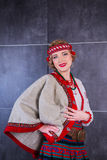 Een mooi meisje in Nationaal Oekraïens Kostuum Gevangen in Studio Borduurwerk en jasje Kroon Circlet van bloemen Rode Lippen Stock Fotografie