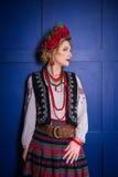 Een mooi meisje in Nationaal Oekraïens Kostuum Gevangen in Studio Borduurwerk en jasje Kroon Circlet van bloemen Rode Lippen royalty-vrije stock fotografie