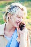 Een mooi meisje spreekt op een smartphone Jonge vrouw met mobiele telefoon stock fotografie