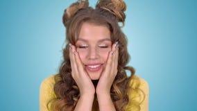 Een mooi meisje voelt schok stock video