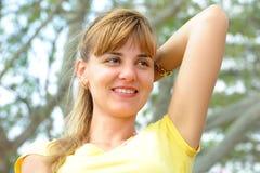 Een mooi meisje zit op een parkbank Stock Foto's