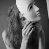 Een mooi model met wit masker - voltobianco Stock Afbeelding