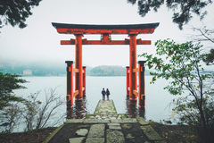 Een Mooi Paar bij Hakone-Heiligdom, Japan royalty-vrije stock foto
