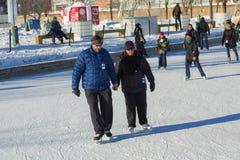 Een paar die aan schaats proberen Royalty-vrije Stock Foto's
