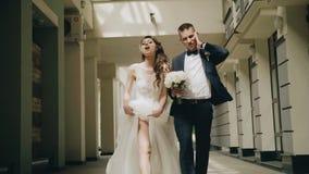 Een mooi paar in liefde loopt stylishly rond de stad en kijkt naar de camera stock video