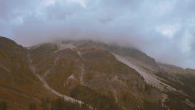 Een mooi panorama met het hooggebergte dat de wolken en de geluiden van de klokken van het weiden van koeien bereikt stock footage