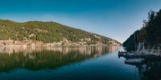 Een mooi panoramisch landschap van Naini-Meer Stock Afbeeldingen