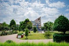 Een mooi park met overvloed van groen van een kleine stad in Europa Een hete de zomerdag royalty-vrije stock afbeelding