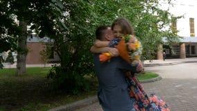 Een mooi romantisch paar loopt in het park Langzame Motie stock videobeelden