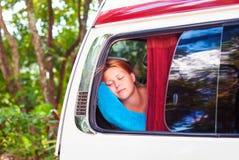 Een mooi roodharig meisje slaapt op de bus terwijl het reizen stock afbeeldingen