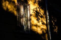 Een mooi spel van licht en schaduw op de voorgevel stock fotografie