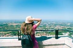 Een mooi toeristisch meisje op telefoon in San Marino, reis en va stock afbeelding