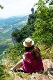Een mooi toeristisch meisje in San Marino, die de mening bewonderen royalty-vrije stock foto's