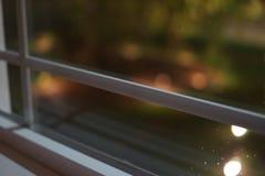 Een mooi venster buiten mijn huis stock foto