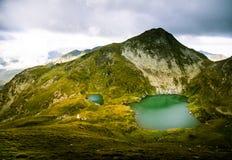 Een mooi, zonnig bergmeer in de Karpaten Stock Fotografie