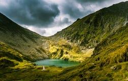 Een mooi, zonnig bergmeer in de Karpaten Stock Foto's