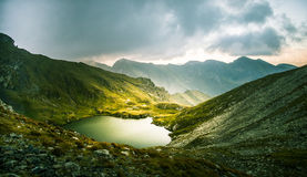 Een mooi, zonnig bergmeer in de Karpaten Royalty-vrije Stock Foto