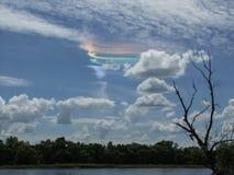 Een mooie aardefenomenen in de hemel: verspreiding van zon lichte die regenboog in condensatieslepen, door exha van de vliegtuige royalty-vrije stock foto's