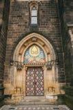 Een mooie antieke deur aan de Katholieke die kathedraal in de Hoge Stad wordt gevestigd riep Vysehrad in Praag Ingang aan Stock Fotografie