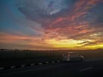 Een mooie avond met dramatische zonsonderganghemel royalty-vrije stock afbeeldingen