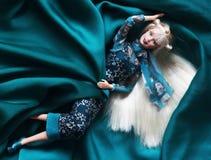 Een mooie barbie met wit haar Modieuze pop stock afbeelding