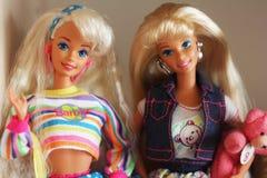 Een mooie barbie met wit haar Modieuze pop royalty-vrije stock afbeeldingen