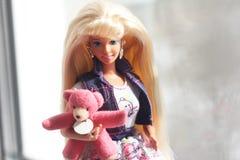 Een mooie barbie met wit haar Modieuze pop royalty-vrije stock foto