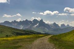 Een mooie bergweg in het Dolomiet Italië royalty-vrije stock foto's