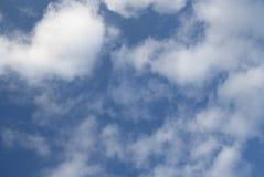 Een mooie blauwe hemel in grijze kleur en witte wolken Royalty-vrije Stock Fotografie