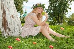 Een mooie blonde jonge vrouw. Royalty-vrije Stock Afbeeldingen