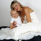 Een mooie blonde moeder en haar babyzoon. Royalty-vrije Stock Foto's