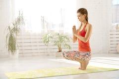 Een mooie blondevrouw knielt samen en houdt haar palmen Namaste, meditatie, ademhaling, ontspanning royalty-vrije stock afbeeldingen
