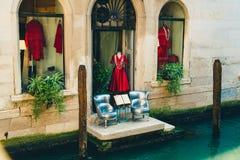 Een mooie boutiquewinkel op een klein kanaal in Venetië, Italië stock afbeelding