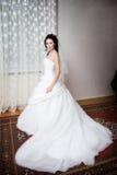 Een mooie bruid door het venster Stock Foto's