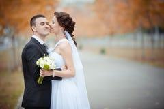 Een mooie bruid en een bruidegom Royalty-vrije Stock Afbeeldingen