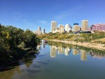 Een mooie dalingsmening van de horizon van de binnenstad van Edmonton, refle stock foto's