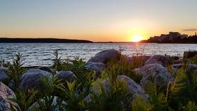 Een mooie de zomernacht bij meer royalty-vrije stock fotografie