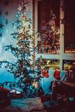 Een mooie die woonkamer voor Kerstmis wordt verfraaid De tradities van de Kerstmisfamilie royalty-vrije stock foto's