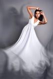Een mooie donker-gevilde vrouw in een witte kleding Royalty-vrije Stock Foto