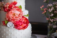 Een mooie drie tiered huwelijkscake met bloemen royalty-vrije stock afbeelding