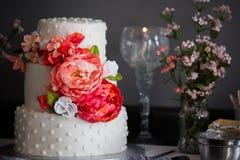 Een mooie drie tiered huwelijkscake met bloemen royalty-vrije stock foto
