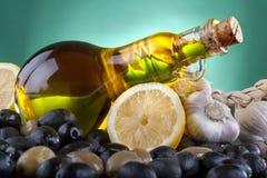 In een mooie fles, gekleed met kruiden Stock Foto's
