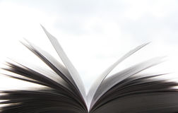 Een mooie foto van een open boek Lezing en literatuur Pagina's in de wind stock fotografie