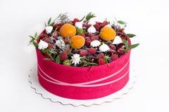 Een mooie fruitcake met een roze koekje rond het Stock Afbeeldingen