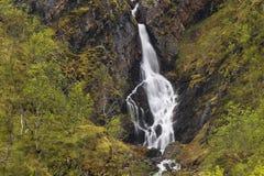 Een mooie grote waterval dicht bij Tromso, noordelijk Noorwegen Stock Foto's